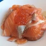 黒崎水産 - フードソニック2016 鮭といくらの親子丼 たっぷり鮭といくらでご飯が3倍あっても食べれる量でした!