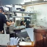 麺哲 - 真剣な作成中の風景♪