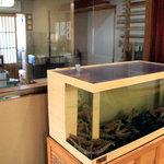 鈴庵 - 入ってすぐにある水槽にはエビがたくさん。ガラス張りの部屋はそば打ち処。<2010_09>