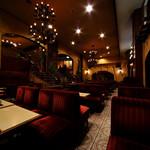 名曲・珈琲 新宿 らんぶる - 地下に広がる喫茶室。