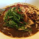バサノバ - トムヤム麺。黒い深みとグリーングラスの風味が本格的。細麺こそ合うのが納得。