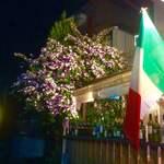 ラ・ベファーナ - テラス席のバンマツリ。彩り鮮やかに開花