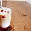 アリーカフェ - ドリンク写真:【アイスストロベリーラテ 680yen】 じっくり煮込んで作った自家製のジャムや、ザクロの果汁を加えたストロベリーラテです。イチゴの爽やかな香りと甘みがエスプレッソとよく合います。