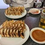 赤萬餃子 - 餃子各二人前、味噌ダレ、瓶ビール