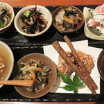 食堂 ニコラ - 『おばんざい』と呼ばれる 小鉢の料理の盛り合わせを頼むのが定番みたいです。 ただ、出来上がるまでに20~30分かかるので、つなぎのメニューを注文するのがいいみたい。