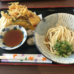 美味しいうどん屋 - ぶっかけうどん+天ぷら盛り合わせ