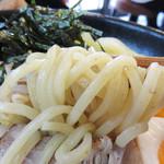 御〇屋 - 全粒粉入りの麺は、 しっとりもちもちしています。