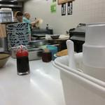 こんぴらさん - 店内風景。厨房内の見えるところに製麺機があり、実際に操作していた。
