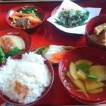 農家料理 高宮 - 料理写真:こちらは一汁五菜 2000円(税込) 羽釜で炊かれたご飯はおこげ付き。