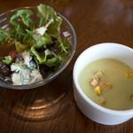 BREAD&DISHES MUGINOKI - ランチのサラダとスープ。ちょうど良いサイズ感。