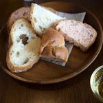 BREAD&DISHES MUGINOKI - 焼き立てパンはスタッフさんが随時運んできます。どれも美味しいッ♪