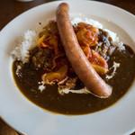 BREAD&DISHES MUGINOKI - 「糸島豚のソーセージのせカレー Lunch」(1,080円)。ランチメニューにはサラダ、スープ、デザート,ドリンクまで付いてます。