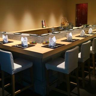 落ち着いた空間でこだわりの天ぷらをご賞味ください。