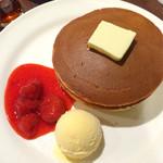珈琲館 - 丸ごと苺ソースホットケーキとコーヒー