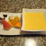 焼肉 金牛 - デザートの果物とマンゴープリン