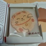 海老御菓子處 桂新堂 - 福々まねき… 箱を開けると 個包装になった まねき猫の 絵柄のついた  えびせんべいでした ♪2016年5月10日