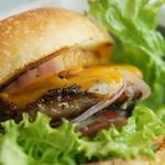 ザ シティ ベーカリー バー アンド バーガー ルービン - 料理写真:チーズバーガーにベーコントッピング