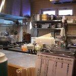 鳥料理 有明 - 広い調理場です