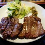 牛たん五徳 - 牛タンはやや厚め。ん~焼きはイマイチ。