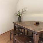 手打ち蕎麦 こはし - 無垢一枚板の素敵なテーブルに椅子です。
