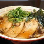 丸髙家 - チャーシュー3枚、ネギ、モヤシ、海苔の入った魚介醤油ラーメンです