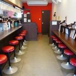 丸髙家 - 入って右に壁を見つめるカウンター席が8席、左に厨房を望む8席のカウンター席があります