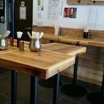活蟹とシャンパン 牡蠣ベロ - 店内スタンディングテーブル。