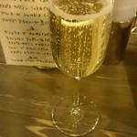 メルティングポット - ドリンク写真:一杯目は泡やで!