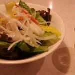 山本のハンバーグ - サラダは酸味が効いたドレッシング 2016.5