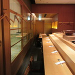 まんてん鮨 - 店内 カウンター席の後方はかなり圧迫感あり(-_-;)
