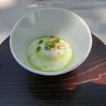 50994668 - シェブールチーズ エンドウ豆 玉葱のチップス エンドウ豆のソースをそそいで