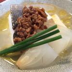 にほん酒や - 平政と新玉ねぎ、木綿豆腐の酒蒸し。辛味もありながら、納豆肉味噌が美味。