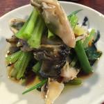 にほん酒や - ごぼうの茎と牡蠣のオイル漬け。茎のシャキシャキ感がよい味。