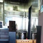 らーめん加茂川 - 厨房の隅っこ、麺は小林製麺に変わった?