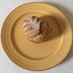 ブーランジュリー・マルゼルブ - パンオロラマン、ローズマリーが入ったカレー風味パンです。
