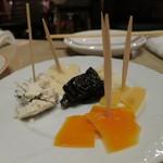 バル  ハルヤ - 料理写真:チーズ盛り合わせ 600円(2016年5月)