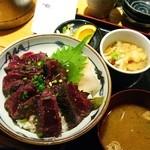 魚屋の台所 下の一色 - 鯨のレアステーキ丼ランチ700円