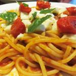 パスタフレスカ 英 - 料理写真:『スパゲティ・カプレーゼ』980円。 フレッシュモッツァレラチーズ・セミドライトマト・バジルをトッピングしたトマトソース和えのパスタです。