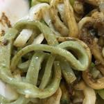 白龍 - 良く見ると色のついた麺もあります。