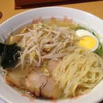 豚太郎  - いつもの豚太郎の麺。 街の豚太郎より、固めに茹でられている。