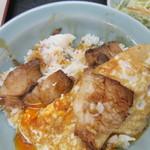 重松飯店 - 料理写真:目玉焼きの下は小さめのチャーシュー