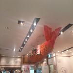 海老どて食堂 - 天井には巨大なエビフライが!