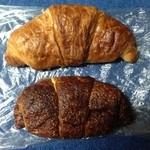 パン工房 ル・パン - 料理写真:購入した塩とチョコレートクロワッサン  持って帰る時形を崩しても味は変わらす美味しい!