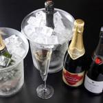 チャコール バルジュ - シャンパンやスパークリングワインは常時4~5種類をグラスでお愉しみ頂けます