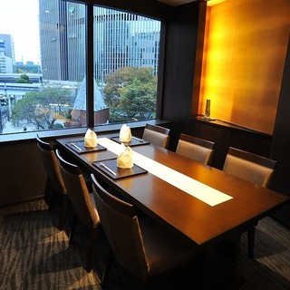 銀座の夜景を眺望できる、テーブル個室『琥珀』