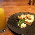 スラッシュカフェ - ケーキセット(林檎たっぷりのアップルパイ) ¥1200