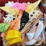 桜すし - 葛西店 ランチ 上ちらし 刻み海苔がトッピングされたシャリの上には海老・茹で烏賊エンペラと5種の寿司素材が盛り込まれます
