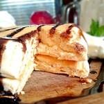 プランピーパンケーキス - プレーン パンケーキ チョコソースがけ 断面