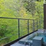 アルカナイズ - 客室の露天風呂。真横に川が流れて涼しげ。