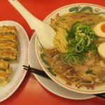 ラーメン魁力屋 - 醤油味玉ラーメン750円と餃子6個280円